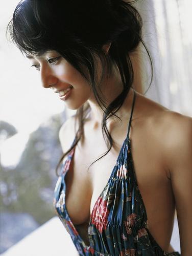 胸元がざっくり開いたドレスを着た谷桃子
