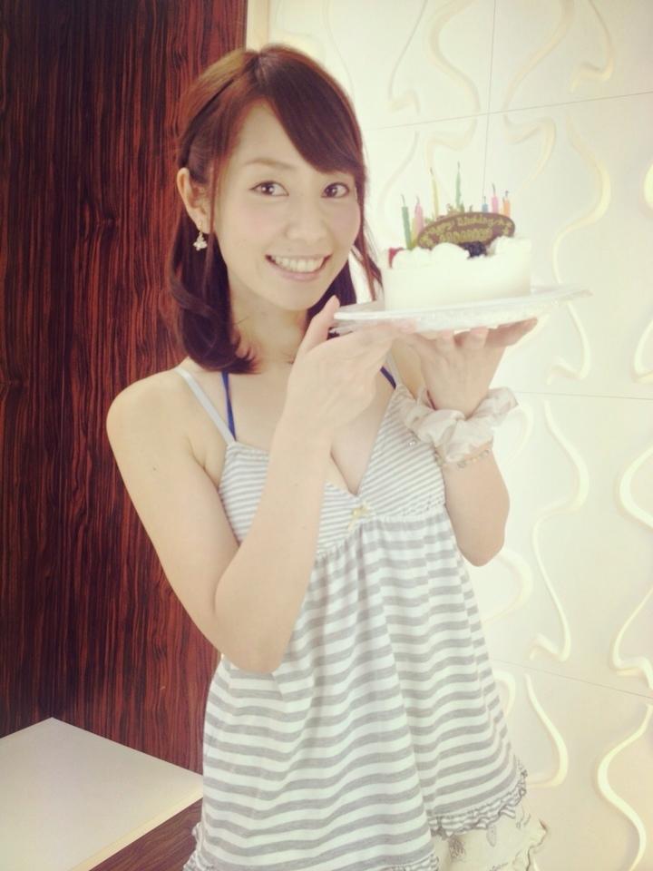 誕生日ケーキをもらって嬉しそうな谷桃子